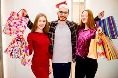 Vänner som shoppar i galleria royaltyfri fotografi
