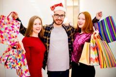 Vänner som shoppar i galleria fotografering för bildbyråer