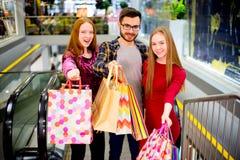 Vänner som shoppar i galleria royaltyfri foto