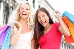 Vänner som shoppar lyckliga kvinnor som är upphetsade och Royaltyfri Fotografi