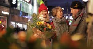 Vänner som shoppar på julmarknaden arkivfilmer