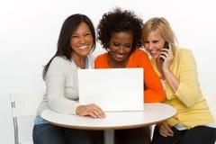 vänner som skrattar samtal Fotografering för Bildbyråer