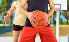 Vänner som spelar basket Royaltyfri Foto