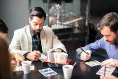 Vänner som spelar bingo i en kasino royaltyfria foton