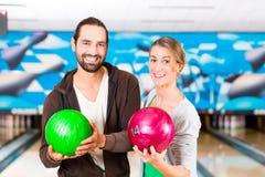 Vänner som spelar bowling Fotografering för Bildbyråer