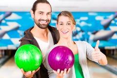Vänner som spelar bowling Arkivfoton