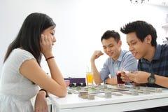 Vänner som spelar brädeleken Arkivfoto