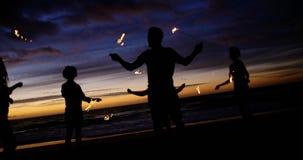 Vänner som spelar med tomtebloss på stranden 4k lager videofilmer