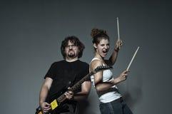 Vänner som spelar på musikinstrument Royaltyfria Bilder