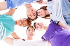 Vänner som står i bråte Royaltyfri Foto