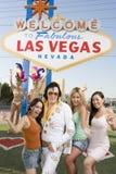 Vänner som står med Elvis Presley Impersonator And Casino Dancers i bakgrunden arkivfoton
