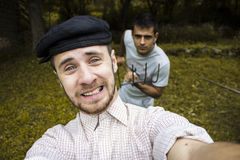 Vänner som tar en självstående arkivfoton