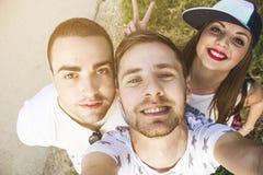 Vänner som tar en självstående royaltyfri fotografi
