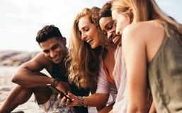 Vänner som tar selfie på stranden royaltyfri fotografi