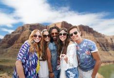 Vänner som tar selfie vid monopod på Grandet Canyon fotografering för bildbyråer