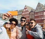 Vänner som tar selfie vid smartphonen i frankfurterkorv royaltyfri fotografi