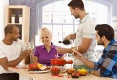 Vänner som tillsammans äter middag Royaltyfria Bilder