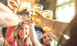 Vänner som tillsammans dricker och rostar öl på bryggeristångrestaurangen - kamratskapbegrepp på ungt millenial folk som har gyck fotografering för bildbyråer