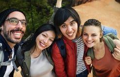 Vänner som tillsammans tar utomhus- lopp för foto arkivfoton