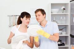 Vänner som tillsammans tvättar disk 库存图片