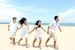 Vänner som tillsammans tycker om stranden royaltyfria foton