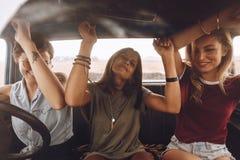 Vänner som tycker om att resa i bilen royaltyfria foton