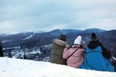 Vänner som tycker om berglandskapet, utrymme för text royaltyfri fotografi