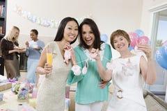 Vänner som tycker om på en baby shower Royaltyfri Bild
