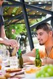 Vänner som tycker om picknickdag Fotografering för Bildbyråer