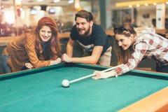 Vänner som tycker om spela snooker arkivbilder