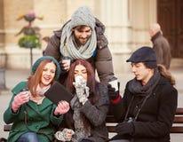 Vänner som utomhus dricker den varma drycken Royaltyfri Foto