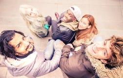 Vänner som utomhus möter fotografering för bildbyråer