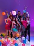 Vänner stänger sig tillsammans och att leka med ballonger Royaltyfria Foton