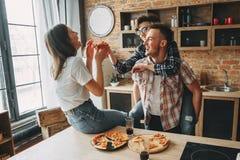 Vänner tycker om att äta och samhörighetskänsla Grupp av ungdomarlau royaltyfria foton