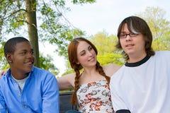 vänner utomhus tonårs- tre Royaltyfria Bilder