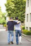 Vänportionbröder eller patient som går utan kryckor Royaltyfri Fotografi