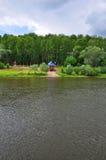 Vänstersidabanken av den Oka floden i Tarusa, Kaluga region, Ryssland Arkivbilder