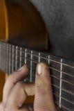 Vänstersidahand på gitarren Royaltyfri Bild