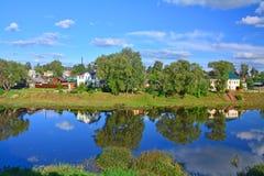 Vänstersidakust av den Trertza floden i mitten av den Torzhok staden, Ryssland Fotografering för Bildbyråer