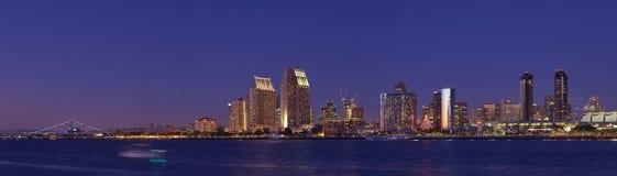 Vänstersidasiktshorisont av i stadens centrum San Diego Arkivbild
