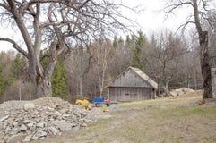 Vänstra leksaker nära gammalt hus. Arkivbild