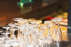 Vänt uppochnervänt en uppsättning av vinexponeringsglas Arkivbild