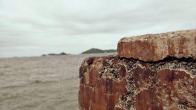 Vänta för att se dig på stenen thai /sea Royaltyfri Bild