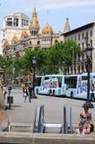 vänta för barcelona bussar Arkivfoto