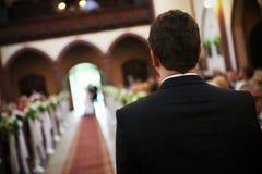 vänta för brudgum arkivbild