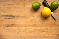 vänta för cuttingcitronlimefrukter Arkivbild