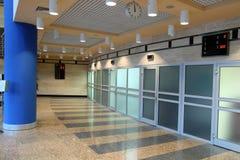 vänta för dörrkorridorkontor Arkivfoto