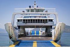 vänta för ferryboat Arkivbild