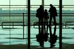 vänta för flygplatsfamilj Fotografering för Bildbyråer