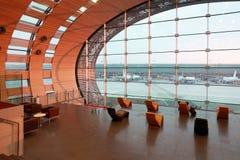 vänta för flygplatsfolklokal Arkivbild
